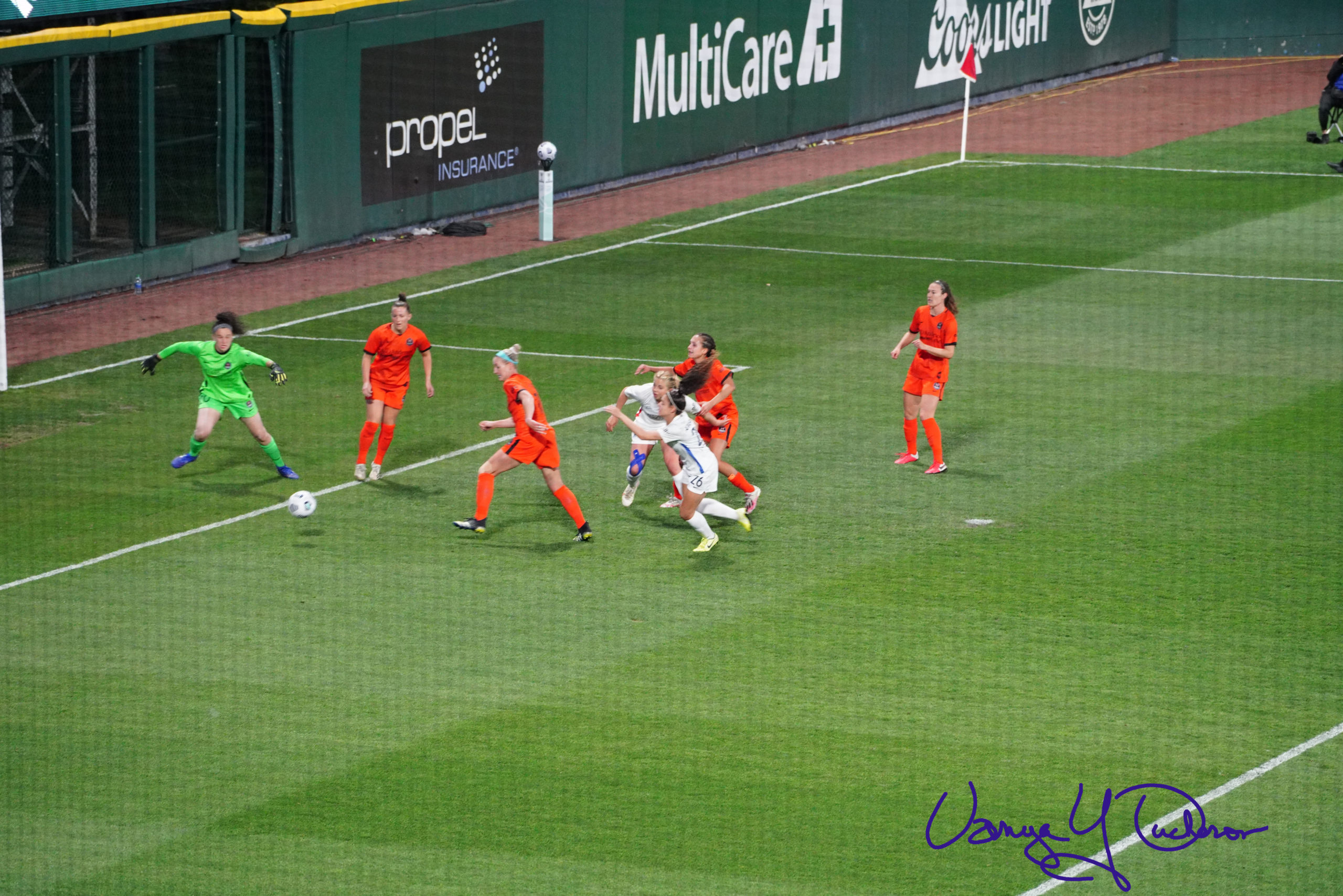 Scramble in front of the Dash goal